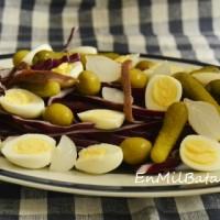 Ensalada de lombarda y huevos de codorniz
