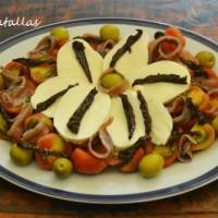 Ensalada de tomate, mozzarella y anchoas