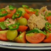 Ensalada de tomate y atún a las hierbas
