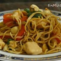 Chow mein noodles con pollo y cacahuetes