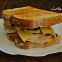 Sandwich de pollo al ajo negro