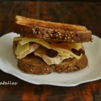 Sandwich de pollo, queso y frutas secas