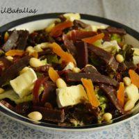 Ensalada de cecina, queso y frutos secos