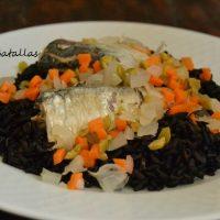 Ensalada de arroz negro y sardinas