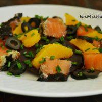 Ensalada de naranja y salmón ahumado con algas y wasabi