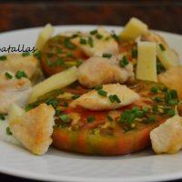 Ensalada de tomate, queso y pollo