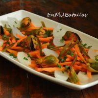 Ensalada de alga kombu y zanahoria con mejillones