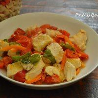 Pollo con fritada vegetal