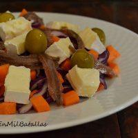 Ensalada de lombarda, brie y anchoillas